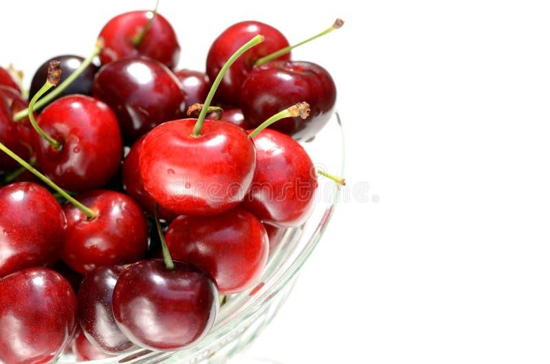 Świeże dojrzałe czerwone wiśni jagody w rocznik krystalicznej wazie na białym tle obrazy royalty free