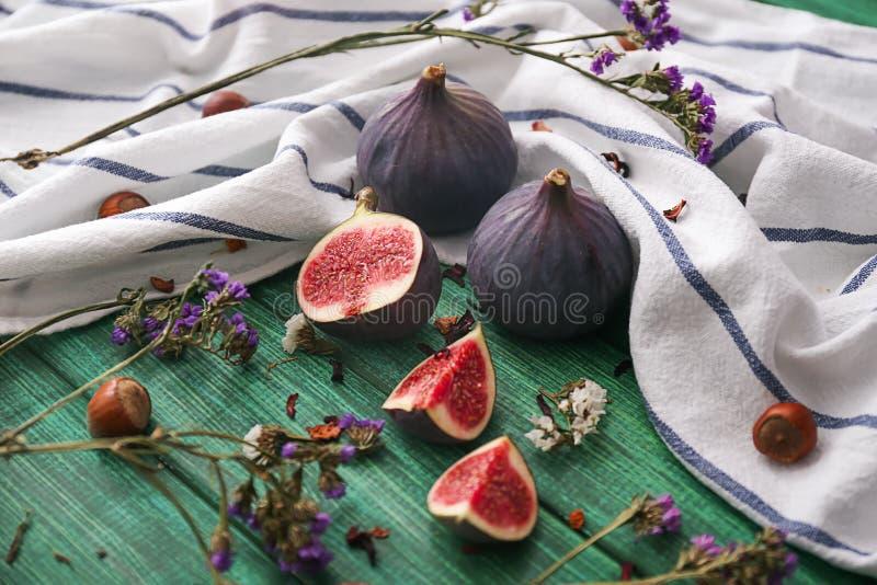 Świeże dojrzałe figi na koloru drewnianym stole obraz royalty free