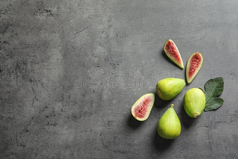 Świeże dojrzałe figi na szarym tle, odgórny widok fotografia royalty free