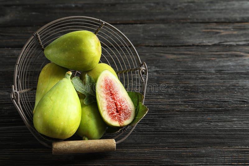 Świeże dojrzałe figi w koszu na drewnianym stole, odgórny widok zdjęcia stock