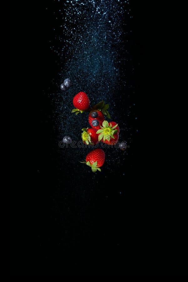 Świeże dojrzałe jagody w powietrzu Czarne jagody i truskawki obraz royalty free