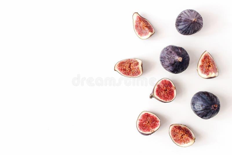 Świeże dojrzewać purpur figi Kreatywnie skład, dekoracyjny sztandar egzotyczna owoc odizolowywająca na bielu, cała i pokrojona obrazy royalty free