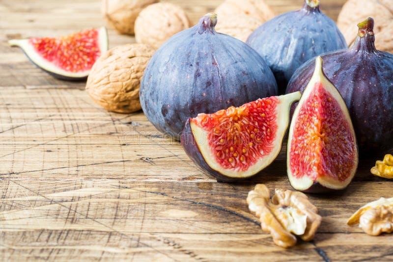 Świeże figi całe i rżnięte z orzechów włoskich nasionami na drewnianym starym bac obraz royalty free