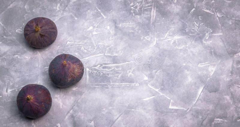 Świeże figi na betonowym tle, boczny widok Zakończenie zdjęcia royalty free