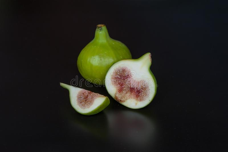Świeże figi na czarnej desce zdjęcia royalty free