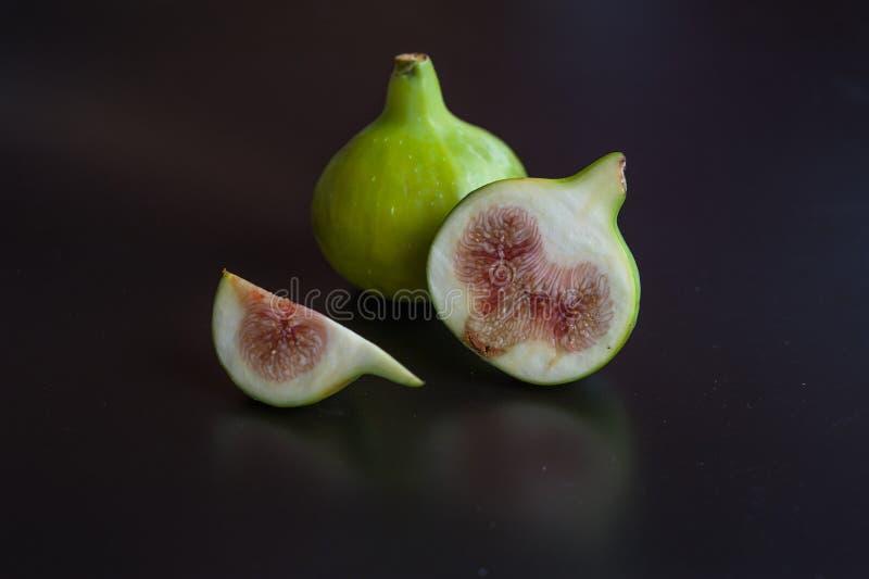 Świeże figi na czarnej desce obraz stock