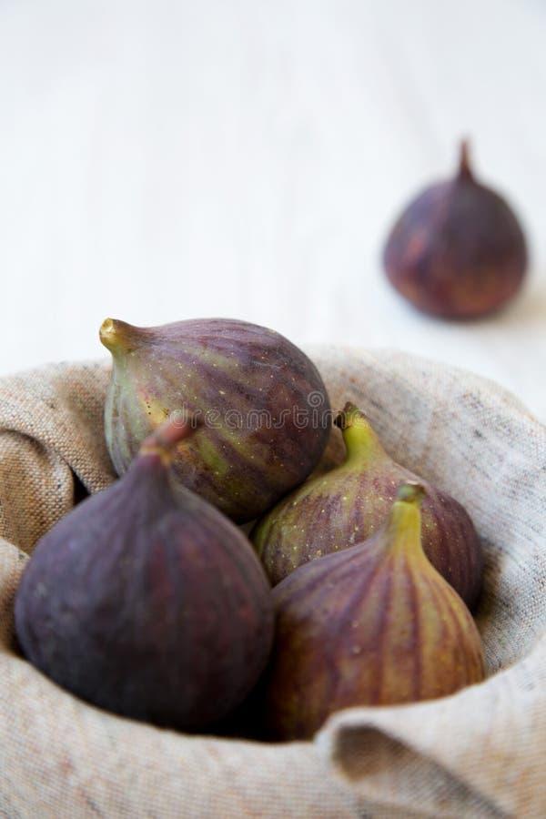 Świeże figi w pucharze na białym drewnianym tle, boczny widok zdjęcie stock