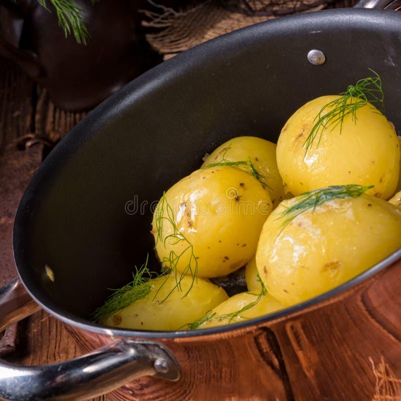 Świeże gotowane młode grule z masłem zdjęcia stock