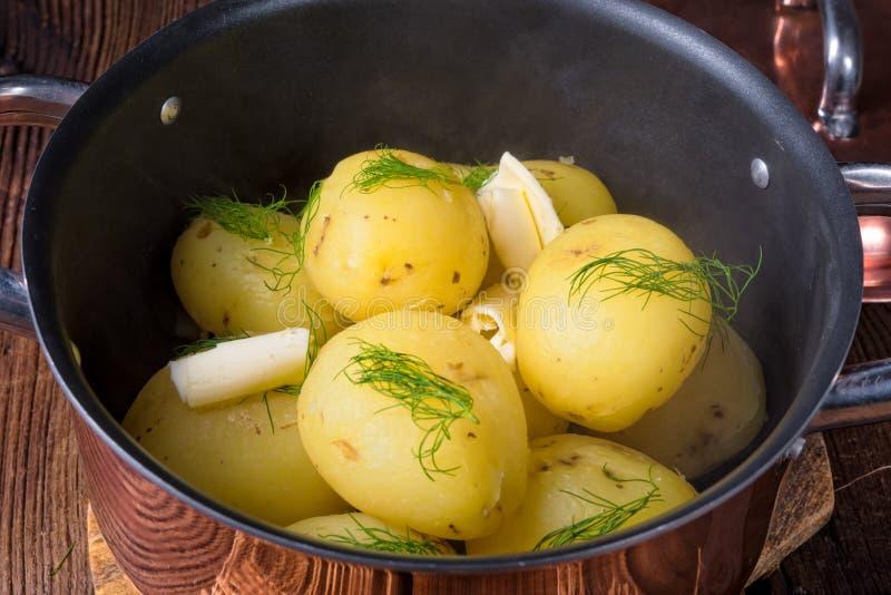 Świeże gotowane młode grule z masłem obrazy stock