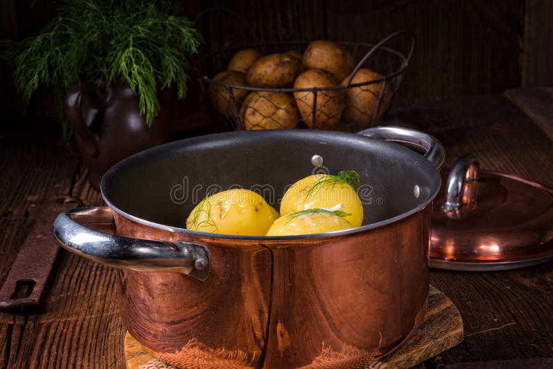 Świeże gotowane młode grule z masłem obraz royalty free