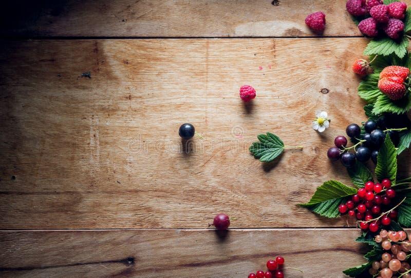 Świeże jagody na drewnianym tło stole zdjęcia stock