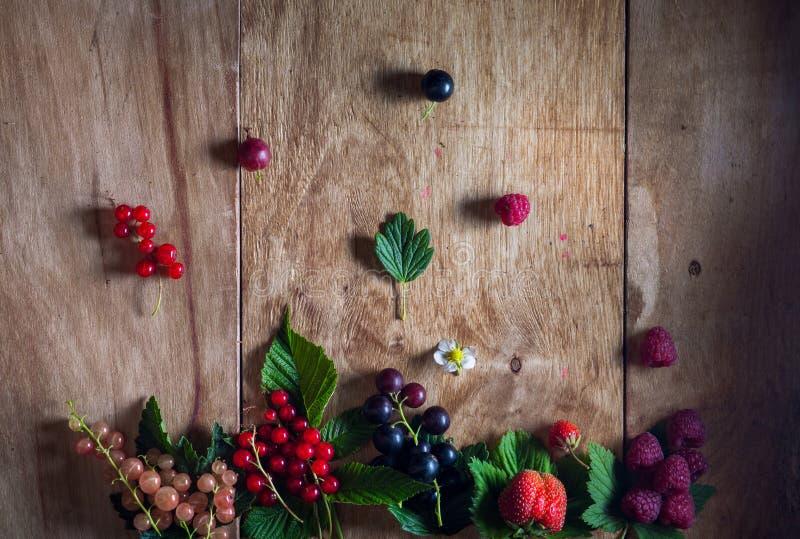 Świeże jagody na drewnianym tło stole fotografia stock