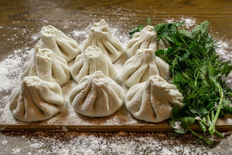Świeże khinkali z ciasta z mięsem w środku, narodowa gruzińska danie Świeże ciasto, mąka i zioła zdjęcie royalty free