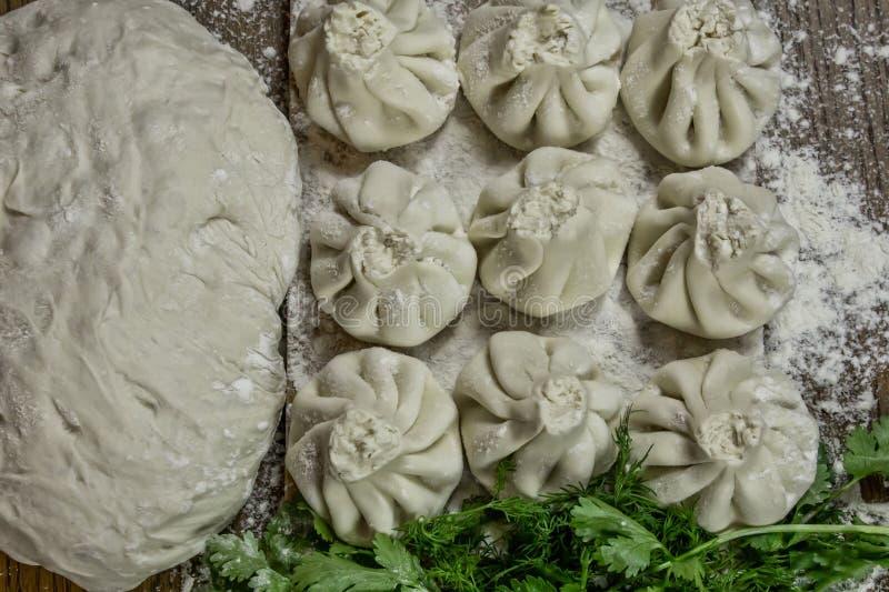 Świeże khinkali z ciasta z mięsem w środku, narodowa gruzińska danie Świeże ciasto, mąka i zioła obrazy stock
