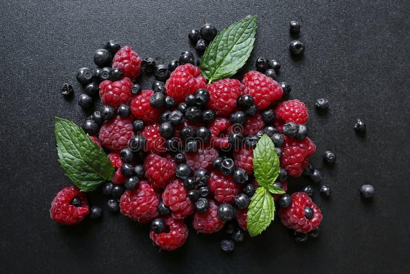 Świeże lato owoc na czarnym tle obrazy stock