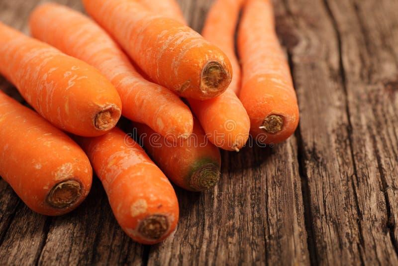 Świeże nutritive marchewki na drewnianym stole obraz stock