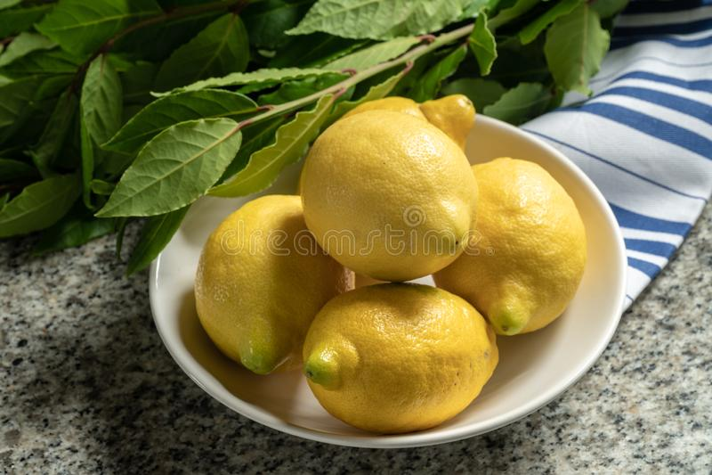 Świeże organicznie cytryny w pucharze obrazy royalty free