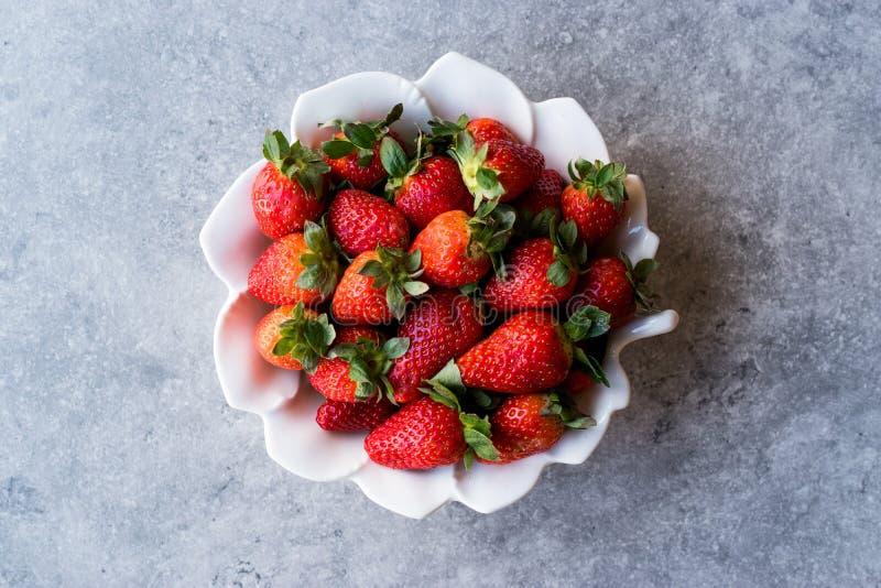 Świeże Organicznie Dojrzałe truskawki w białym Ceramicznym pucharze zdjęcia royalty free