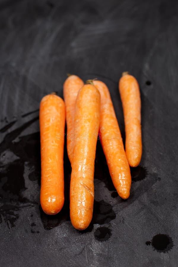Świeże organicznie mokre marchewki fotografia royalty free