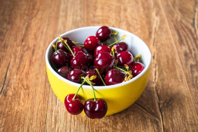 Świeże organicznie słodkie wiśnie w szklanym pucharze obrazy stock