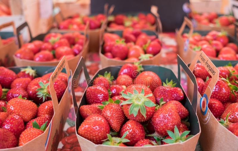 Świeże organicznie truskawki dla sprzedaży przy lokalnym ulicznym rynkiem obrazy royalty free