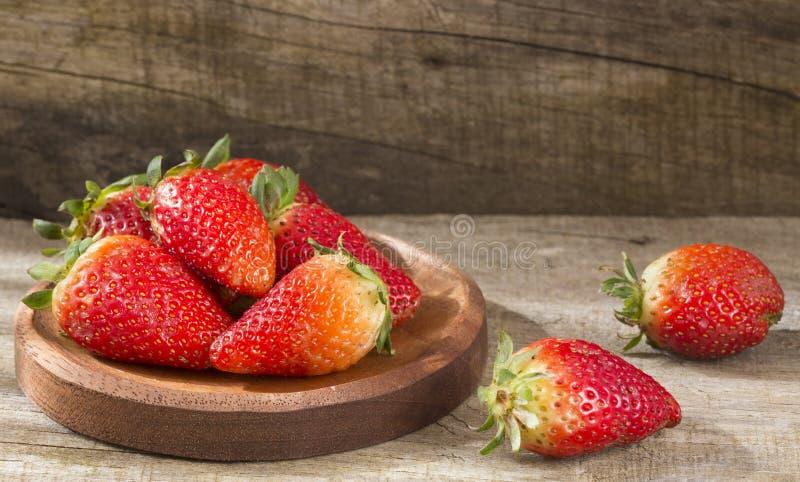 Świeże organicznie truskawki - Fragaria zdjęcia royalty free