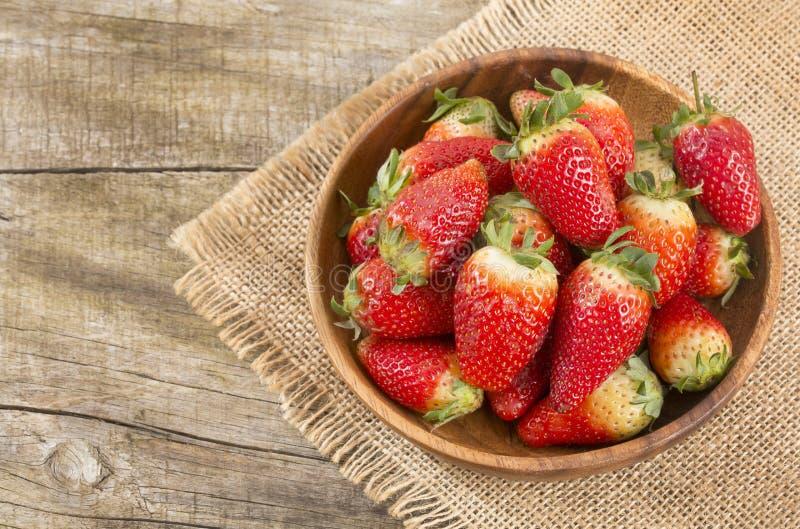 Świeże organicznie truskawki - Fragaria fotografia royalty free