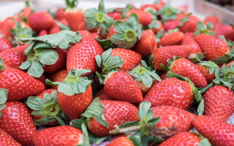 Świeże organicznie truskawki przy lokalnym miasto rynkiem obraz royalty free