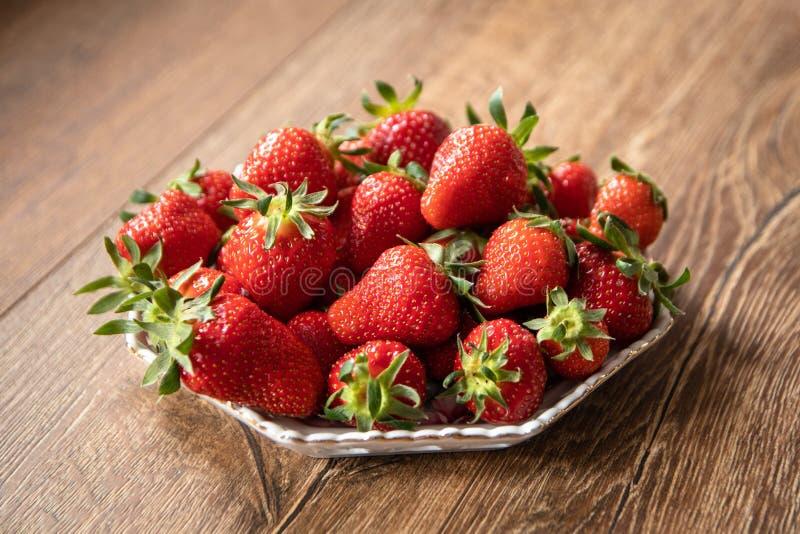 Świeże organicznie truskawki w ceramicznym talerzu zdjęcie stock