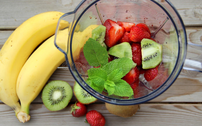 Świeże owoc w blender zdjęcia royalty free