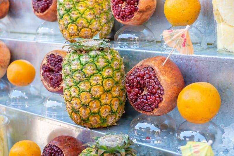 Świeże owoc wystawiać przed soku sklepem przy rolnikami wprowadzać na rynek fotografia royalty free
