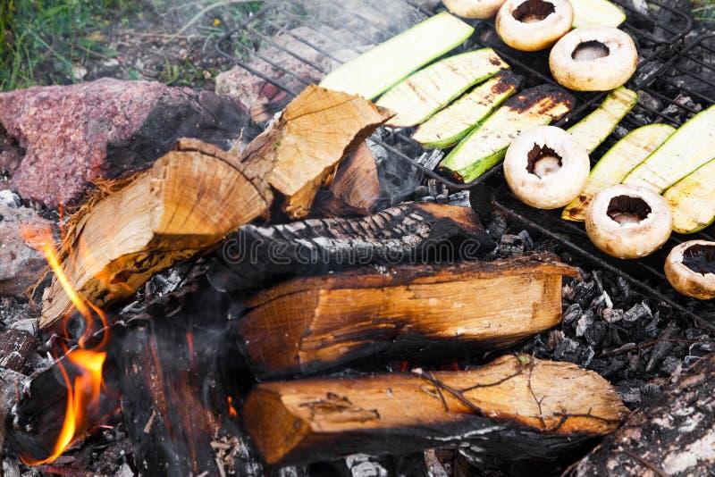 Świeże pieczarki i zucchini opieczenie na plenerowym grillu zdjęcie royalty free