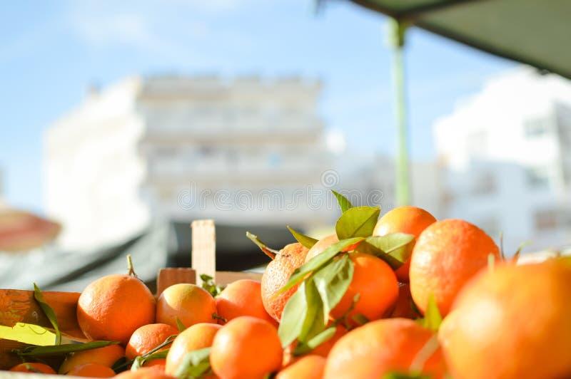 Świeże pomarańcze na rynku w drewnianym pudełku obrazy stock