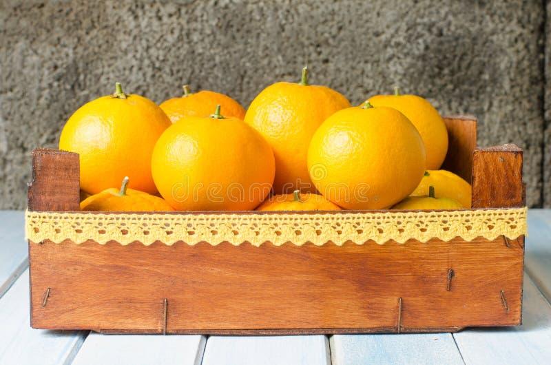 Świeże pomarańcze w drewnianym pudełku obrazy stock