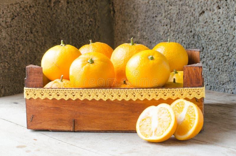 Świeże pomarańcze w drewnianym pudełku obrazy royalty free