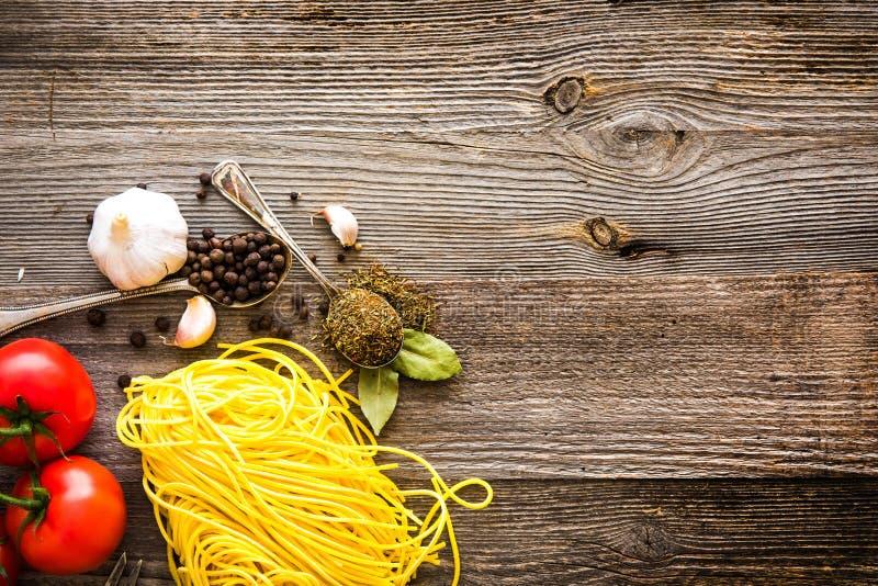 Download Świeże Pstrągowe Pikantność Na Stole Zdjęcie Stock - Obraz złożonej z kuchnia, łasowanie: 53791232