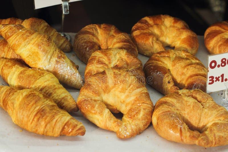 Świeże rolki, bagels, croissants na okno, uliczny jedzenie obraz stock