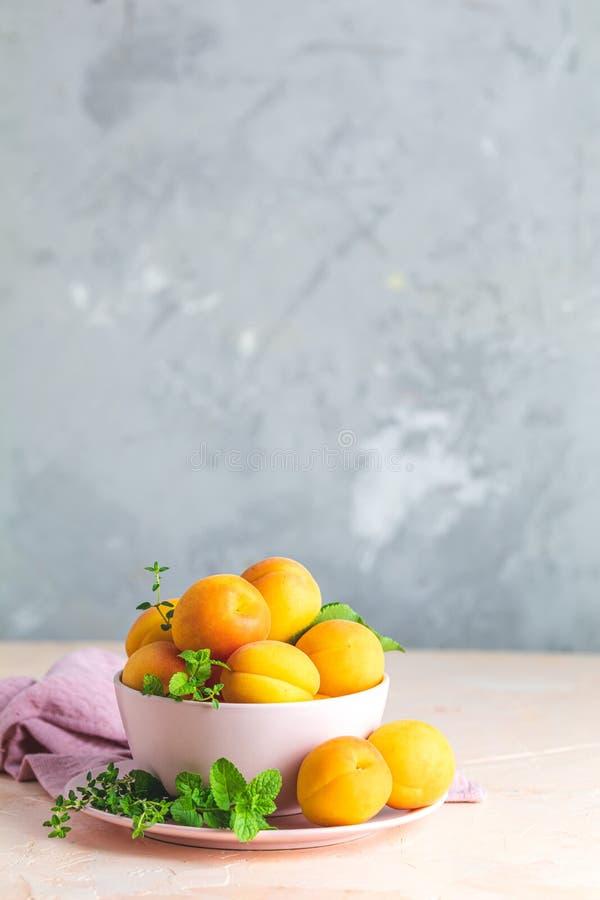 Świeże słodkiej pomarańcze morele w menchia pucharze zdjęcie stock