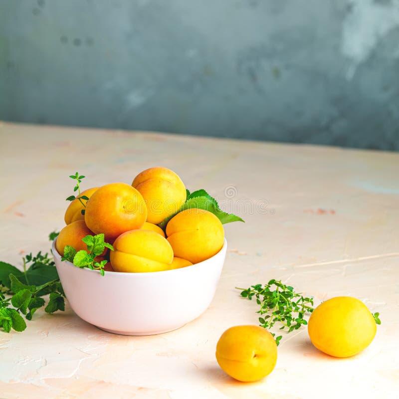 Świeże słodkiej pomarańcze morele w menchia pucharze obrazy royalty free