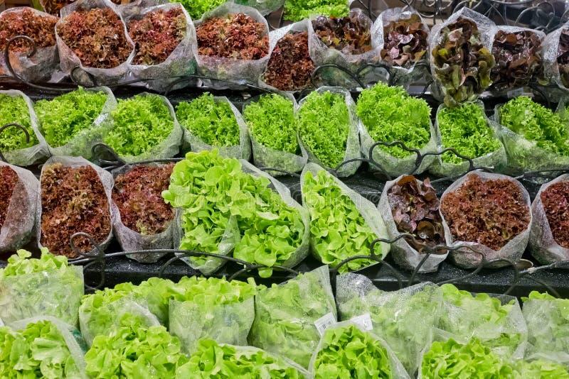 Świeże sałaty w supermarkecie obraz stock