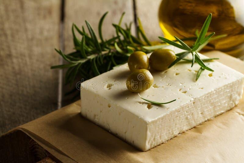 Świeże smakowite greckie zielone oliwki z serowym feta lub koźlim serem fotografia royalty free