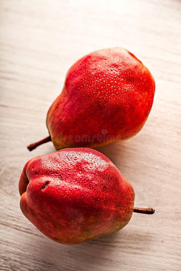 Świeże soczyste czerwone bonkrety na drewnianym stole zdjęcia royalty free