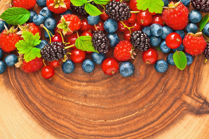 Download Świeże soczyste jagody zdjęcie stock. Obraz złożonej z truskawka - 57657082