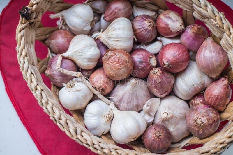 Świeże szalotki i garlics w koszu zdjęcia stock