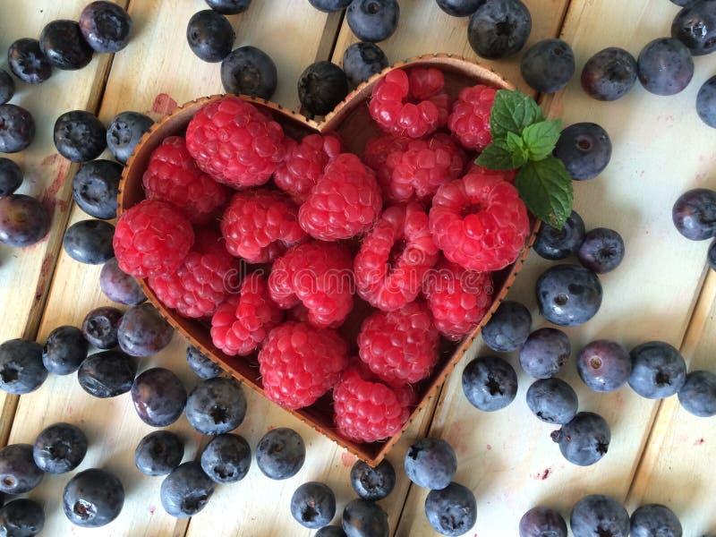 Świeże truskawki i czarne jagody w hearth kształtują kosz obraz stock