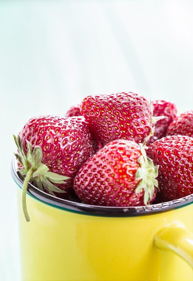 Świeże truskawki w żółtym kubku zdjęcie stock