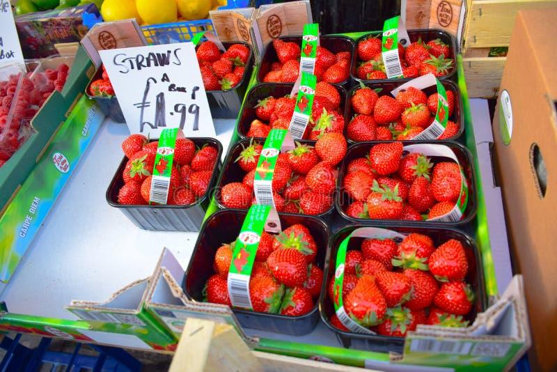 Świeże truskawki w pudełkach sprzedaje przy Portobello Wprowadzać na rynek w Portobello drodze, Notting wzgórze, UK fotografia stock