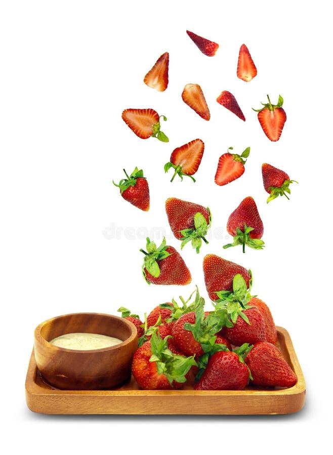 Świeże truskawki wynurzające się z drewnianej płytki wyizolowanej na białym tle,Obiekt ma ścieżkę przycinającą zdjęcie stock