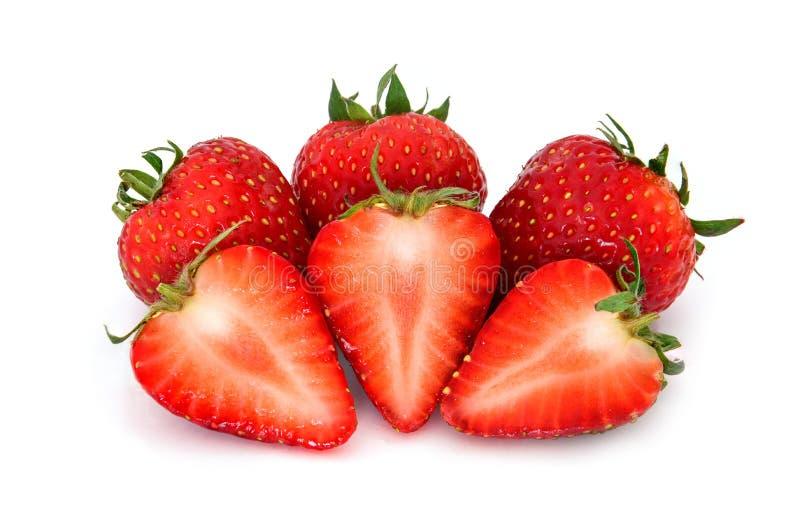 Świeże truskawkowe owoc z trzy kawałkami pokrajać w połówce odizolowywającej na białym tle świeża truskawka obrazy stock