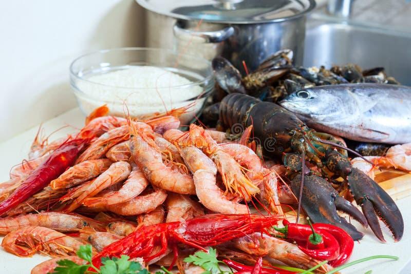 Świeże uncooked dennego jedzenia specjalność i ryż zdjęcia royalty free